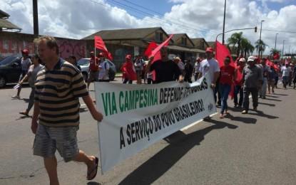 Integrantes de movimentos rurais chegam ao prédio do Incra, em Porto Alegre