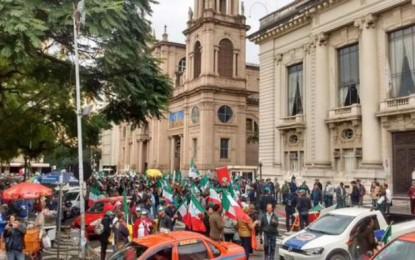 Agricultores se concentram em frente ao Palácio Piratini
