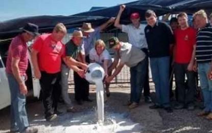 Produtores de leite ligados a Fetraf-RS protestam em frente a sede da Promilk