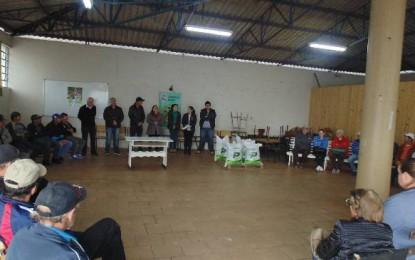 Humaitá, produtores de leite do município recebem adubo