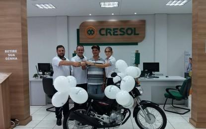Cresol Humaitá realiza entrega de premio para associado