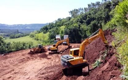 Secretaria de obras realiza terra planajem para construção de chiqueiros e aviários